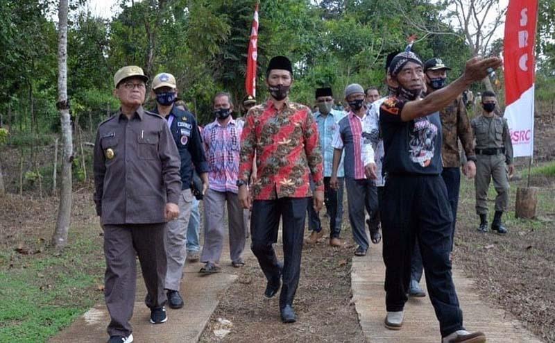 FOTO : Gubernur Jambi Fachrori Umar (kiri) Saat Bersilaturahmi dengan Masyarakat Desa Sungai Abang Kecamatan VII Koto Kabupaten Tebo, Jum'at (24/07/20)