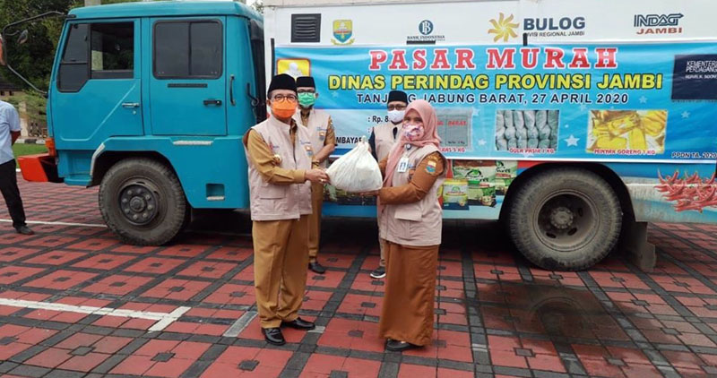 Gubernur Jambi Dr. H. Fachrori Umar melepas Pasar Murah Sembako Bersubsidi bagi Masyarakat yang Terdampak Covid-19 di pelataran parkiran di depan Biro Umum Kantor Gubernur Jambi, Senin (27/04/20).