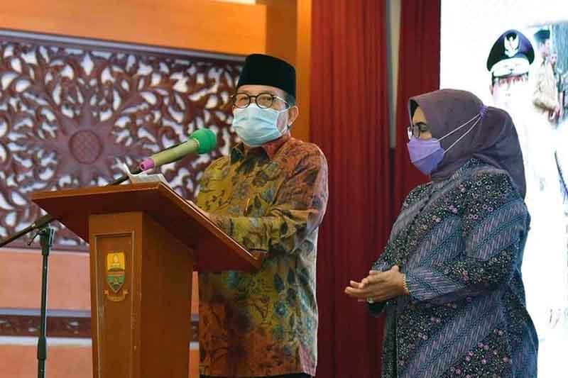 FOTO : Gubernur Jambi H. Fachrori Umar didampingi Istri saat Sambutan Acara Malam Purna Bakti Gubernur Jambi Sisa Masa Jabatan 2016 – 2021 di Auditorium Rumah Dinas Gubernur Jambi, Rabu (10/02/21)