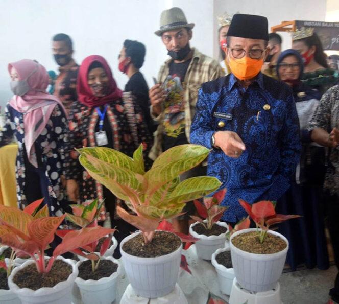 FOTO : Gubernur Jambi H. Fachrori Umar Usai Membuka Festival Bunga Kekinian di Transmart Kota Jambi, Jumat (11/09/20).