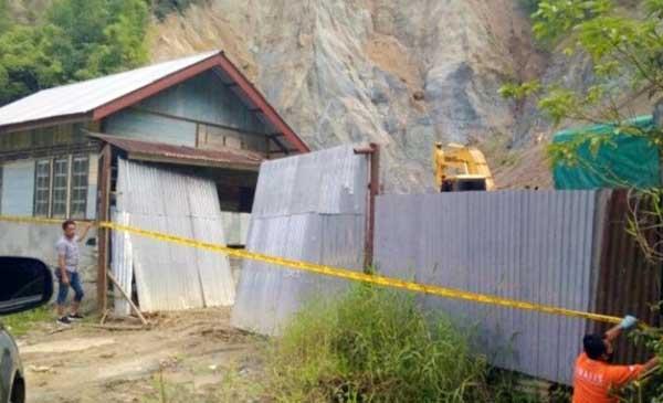 Salah Satu dari Lima Galian C di kabupaten Kerinci dipasang Garis Polisi oleh personil kepolisian dari Polres Kerinci, Kamis (20/05/21).