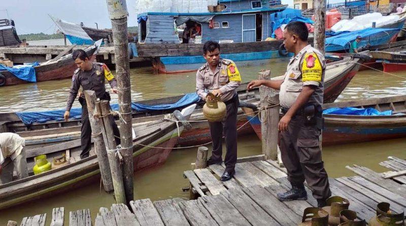 FOTO : Tim Satuan Tuas Pangan Polres Tanjab Barat Saat Melakukan Pengamanan Terduga Pelaku Penyelewengan Pendistribusian Gas LPG 3 Kg Bersubsidi, Minggu (29/12/19)