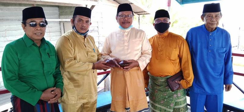 FOTO : Datuk Martunis M. Yusuf, M.Pd Mangku Sidi Palito saat menerima pemberian sepasang gasing dari Datuk Razakni yang merupakan sekretaris BM Adat Kecamatan Seberang Kota, Sabtu (14/11/20).