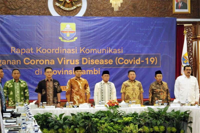 FOTO : Fahrori Umar Memimpin Rapat Koordinasi Komunikasi Siaga Darurat Virus Corona (Covid-19) di di Rumah Dinas Gubernur Jambi, Selasa malam (17/03/20).