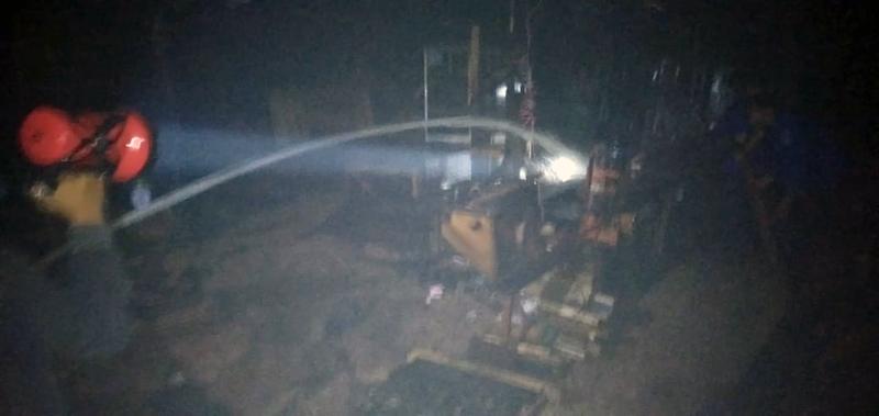 FOTO : Petugas Pemadam Kebakaran Melakukan Upaya Pemadaman