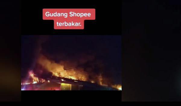Tangkapan layar dari video gudang Shopee yang terbakar. (Sumber: Kompas.com)
