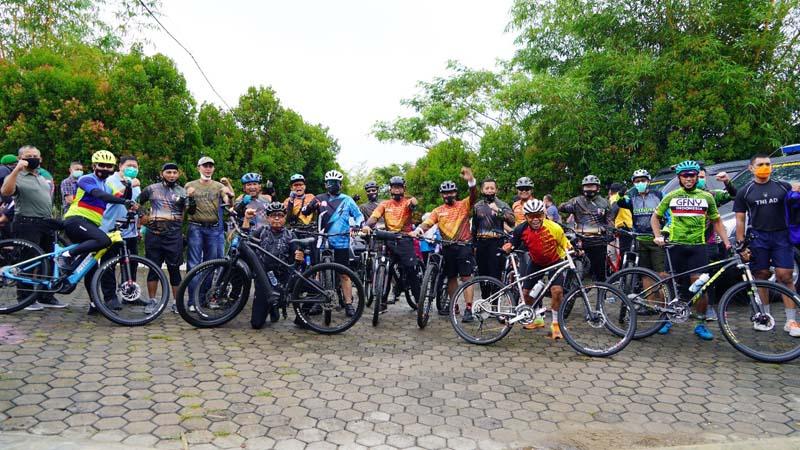 FOTO : Danrem 042/Gapu, Brigjen TNI M. Zulkifli bersama Kapolda Jambi, Irjen Pol Firman Santyabudi Ikuti Gowes bersama dengan menyusuri jalanan Kota Jambi sembari menyapa warga, Minggu (27/09/20).