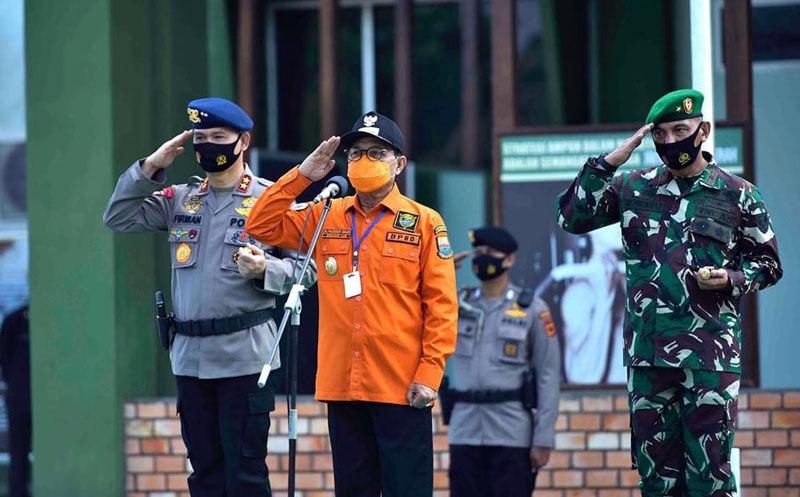 FOTO : Gubernur Jambi H. Fachrori Umar Pimpin Apel Pelepasan Petugas Patroil Pencegahan Kebakaran Hutan dan Lahan di Lapangan Makorem 042/Gapu, Minggu (02/08/2020).