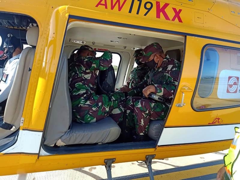 FOTO : Danrem 042/Gapu Brigjen TNI M. Zulkifli dampingi Tim Wasev TMMD dipimpin Mayjen TNI Arif Rahman, MA menuju lokasi TMMD ke-108 Kodim 0419/Tanjab di Desa Labuhan Pering, Kec. Sadu, Kab Tanjab Timur dengan menggunakan pesawat Helikopter, Rabu (15/07/20).