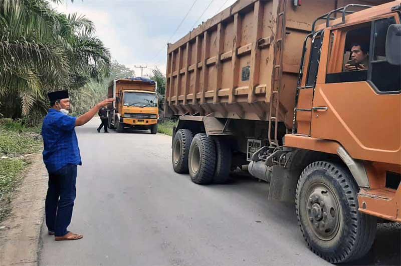 FOTO : Hairan Disaat Turun Melihat Langsung ke lokasi di Desa Tanjung Bojo, tepatnya jalan Lintas Lubuk Bernai, Jum'at siang (26/04/21).