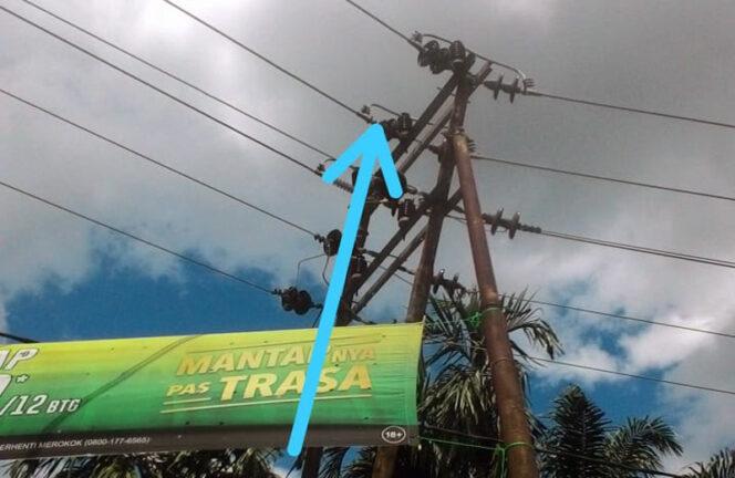 FOTO : Hang Issolator PLN yang Pecah di Parit Tekad Kecamatan Betara, Minggu (15/11/20)