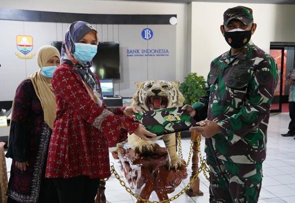 FOTO : Danrem 042/Gapu Brigjen TNI M. Zulkifli Saat Menyerahkan Koleksi Harimau Sumatera yang sudah diawetkan yang selama ini menghiasi ruang Makorem 042/Gapu ke Museum Siginjei Jambi, Jum'at (23/04/21).