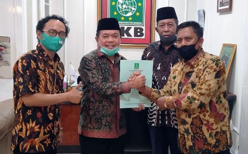 FOTO : Dr. H. Al Haris, S.Sos, MH dan Drs. H. Abdullah Sani, M.Ag bersama Ketua DPW PKB Provinsi Jambi, Sofyan Ali Memegang Rekomendasi DPP PKB, Minggu (22/06/20)