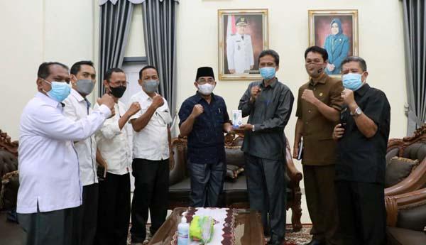 Ketua KPU Tanjab Barat Hairuddin kepada Bupati H. Anwar Sadat di Rumah Dinas Bupati, Senin (20/9/21). FOTO : PROKOPIM