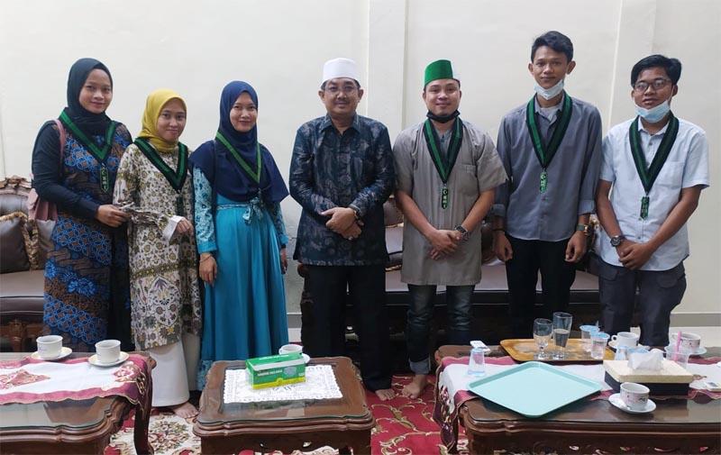 FOTO : Pengurus Himpunan Mahasiswa Islam (HMI) Cabang Tanjung Jabung Barat, Bersilaturahmi dengan Bupati Tanjung Jabung Barat H. Anwar Sadat di Rumah Jabatan Bupati, Minggu (28/02/21).