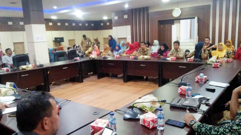 FOTO : Forum Guru Honorer K2 Kabupaten Merangin Sharing dengan Komisi I DPRD Merangin di Ruang Banggar, Senin (10/02/20)