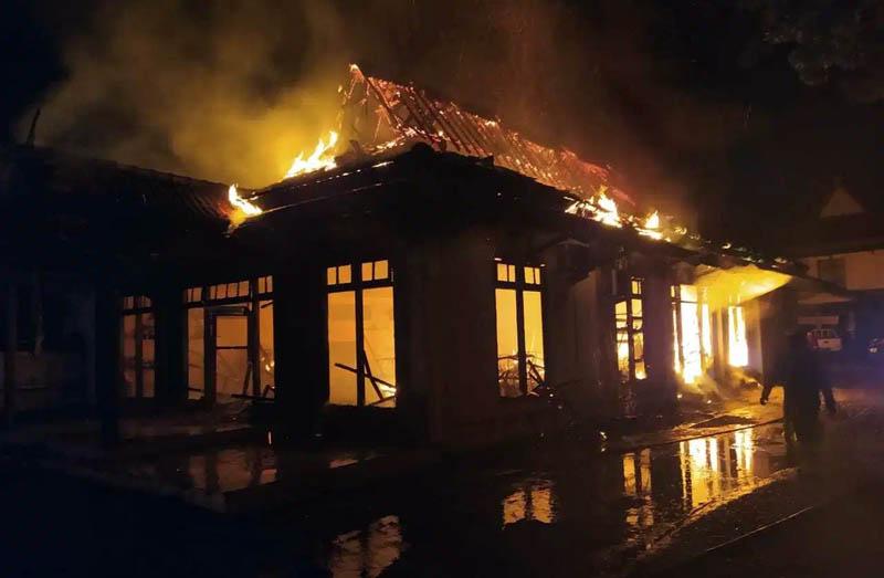 Api Saat Memakan Badan Hotel Marisa Kota Jambi. [FOTO : JambiNET/Rubrikjambi.com]