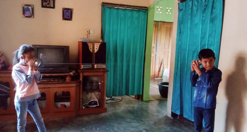 FOTO : Guru SDN 131 Kota Jambi yang Mengajak Siswanya Membuat Telefon-Telefonan dari Alat dan Bahan yang Mudah di Dapat Selama Belajar dari Rumah, Sabtu (22/08/20)