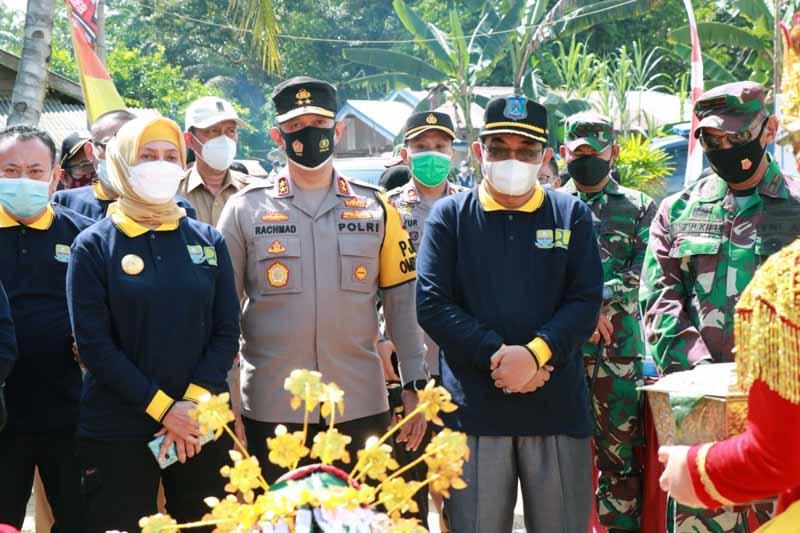 FOTO : Bupati Tanjung Jabung Barat H Anwar Sadat, M.Ag saat mendampingi Pj Gubernur Jambi pada Peringatan Hari Air Sedunia Ke-29 Di Desa Suban Kecamatan Batang Asam, Senin (05/04/21)