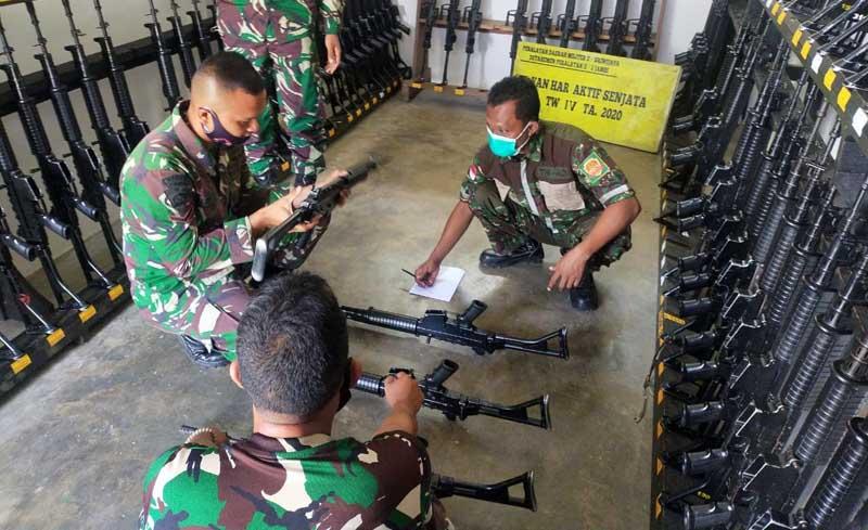 FOTO : Denpal II/2/Jambi Melaksanakan Pengecekan dan Perawatan Kendaraan Dinas TNI dan Senjata di Lapangan Apel Makorem 042/Gapu, Selasa (15/12/20).