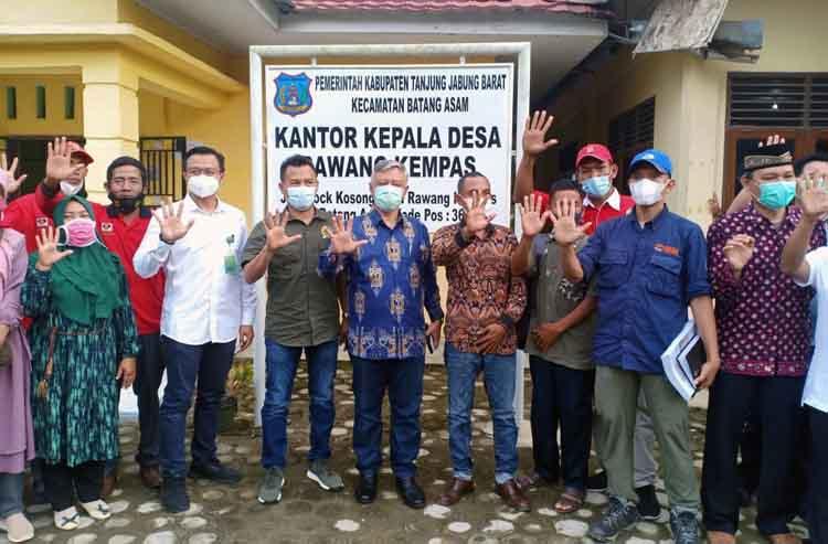 FOTO : Anggota Komisi I DPR RI Hasbi Anshori bersama Staf Kementerian KLHK melakukan kunjungan kerja ke Kecamatan Batang Asam Kabupaten Tanjab Barat, Kamis (08/04/21)