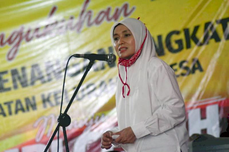 FOTO : Hj. Ratu Munawaroh Zulkifli pada Acara Mengukuhkan Tim Pemenangan CE-Ratu di Kelurahan Teluk, Kecamatan Pengabuan dan Kecamatan Senyerang, Jumat (18/09/20).