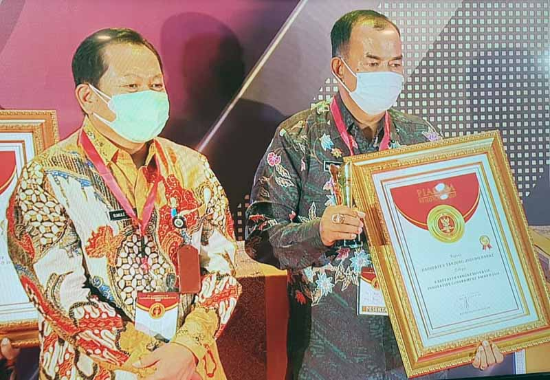 FOTO : Wakil Bupati Tanjab Barat Drs. H. Amir Sakib Saat Menerima Penghargaan Innovative Government Award 2020 dari Mendagri di Hotel Sultan Jakarta, Jumat (18/12/20).