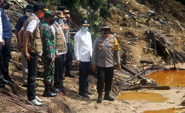 Danrem 042/Gapu Dampingi Dirjen SKK Migas Meninjau Lokasi Ilegal Drilling di Desa Bungku, Kecamatan Bajubang, Kabupaten Batanghari, Rabu (28/04/21).