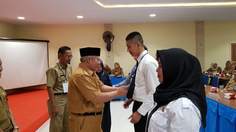 FOTO : Bupati Tanjab Barat H. Safrial Menyemat Tanda Peserta Pelatihan Dasar (Latsar) CPNS Gol III Umum 2019 di Hotel Rivoli, Senin (30/09/19)