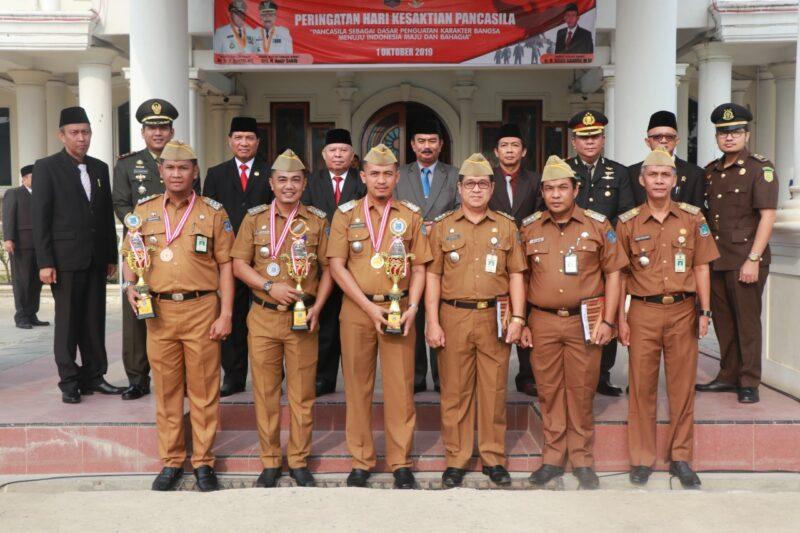 FOTO : Bupati Tanjab Barat DR. Ir. H. Safrial, MS Foto Bersama dengsn Camat Teladan dan Camat Berprestasi, Selasa (01/10/19)