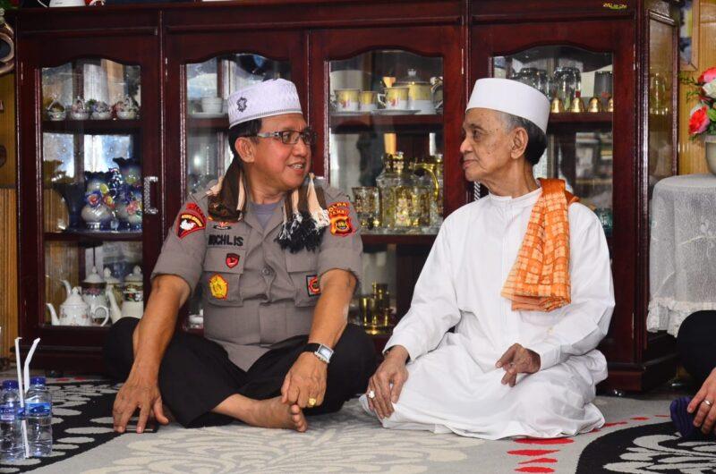 FOTO : Kapolda Jambi Irjen Pol Drs. Muchlis, AS, MH saat Berada Di Rumah KH. Abdullah Bin KH. Abdul Wahab, Rabu (02/10/19)
