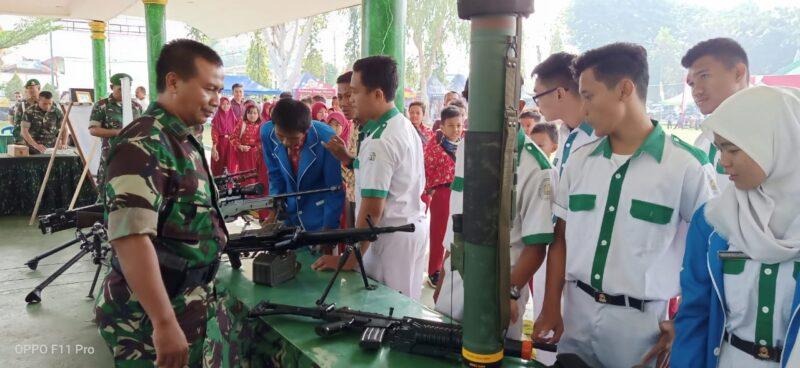 FOTO : Sejumlan Pelajar Melihat dsn Bertanya Tetkait Peralatan TNI, Rabu (02/10/19)