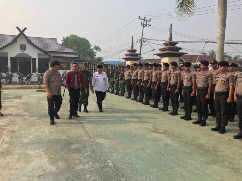 FOTO : Kapolres Tanjab Barat AKBP ADG Sinaga, S.IK Memeriksa Pasukan memimpin Apel Gelar Pasukan Pengamanan Pilkades Serentak tahun 2019 di lapangan Upacara Mapolres, Rabu (09/10/19)