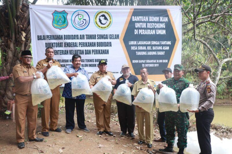 FOTO : Bupati Safrial Pada Acara Menebar 30 Ribu Benih Ikan Air Tawar di Lubuk Larangan Tantang Sskti, Desa Suban Kecamatan Batang Asam, Kabupaten Tanjung Jangung Barat, Selasa (22/10/19)