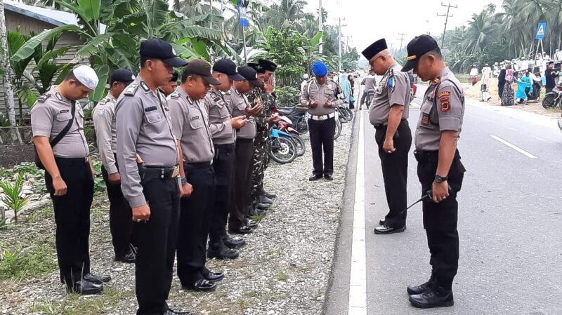 FOTO : Kabag Ops Polres Tanjab Barat KOMPOL R P Nainggolan Memerikan Rahan Personil Pengamanan, Sabtu (26/10/19)