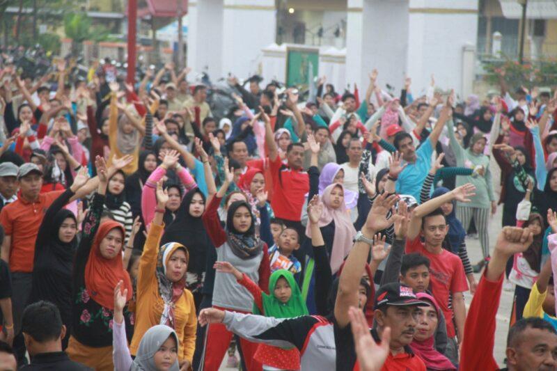 FOTO :  Acara Senam Sehat dalam rangka Haornnas ke 26 dan Harkesnas ke 55 di Alun-alun Kota Kuala Tungkal, Minggu (27/10/19)