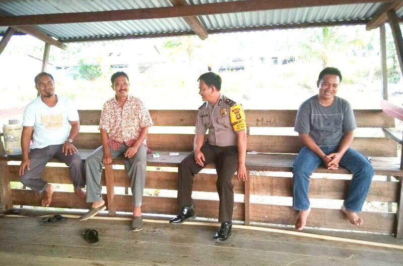 FOTO : Bhabinkamtibmas Desa Merbau, Polsek Mendahara Ilir, Aiptu Abdul Hadi