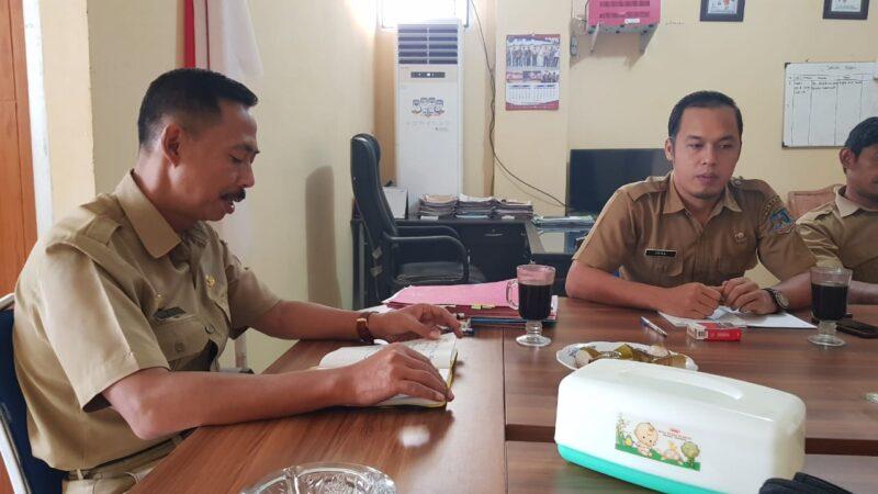 FOTO : Kepala BKPSDM Kabupaten Tanjung Jabung Barat Drs. Encep Jarkasih (kiri) Kabid Pengembangan Kompetensi Aparatur Iyal Harianto, S.IP (kanan)