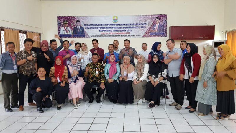 FOTO : Dok. Foto Bersama Pesrta Diklat Manajemen Kepemimpinan dan Kecerdasan Emosional Angkatan II Tahun 2019 dengan Kabid PKM BPSDM Provinsi Jambi Mukti, S.Pd, MM, Jumat (22/11/19)