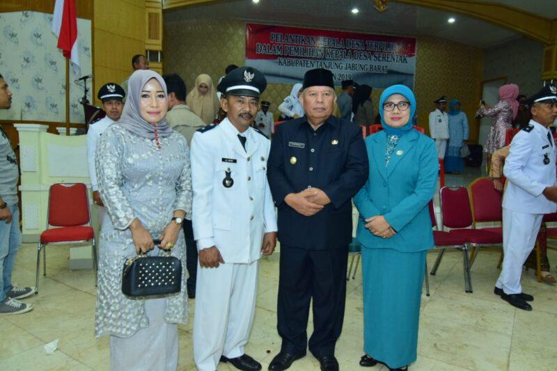 FOTO : Ali Murir dan Istri Bersama Bupati Dr. H. Safrial dan Istri Usai Upacara Pelantikan Kades Serentak di Balai Pertemuan Kantor Bupati Tanjab Barat, Senin (25/11/19)