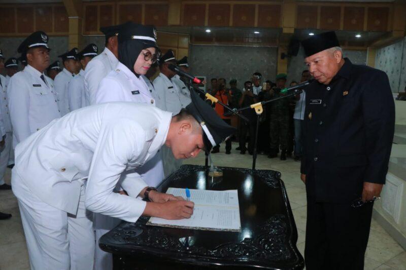 FOTO : Perwakilan Kades yang dilantik Menandatangani Berita Acara Pelantikan di Hadapan Bupati Dr. H. Safrial, Senin (25/11/19)