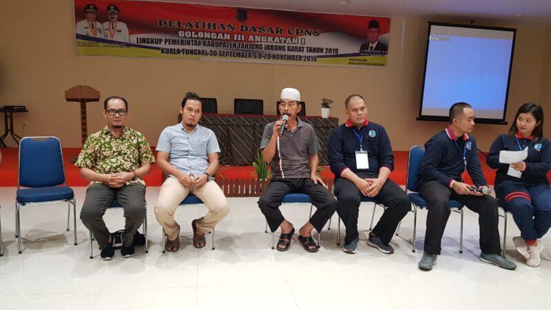 FOTO : Sekretaris BKPSDM H. M. Salim, S.Sos saat Sambutan Menutup Latsar di Hotel Rivoli Kuala Tungkal, Rabu (27/11/19)
