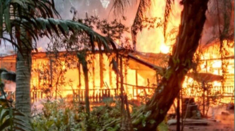 FOTO : Kobaran Api Saat Membakar Rumah Gumun, warga Parit 6 RT 11 Desa Sungai Kayu Aro, Kec Senyerang terbakar pada Kamis (06/12/19)