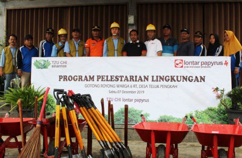 FOTO : Gotong Royong Bersama PT Lontar Papyrus Pulp and Paper Industry (PT LPPPI) bersama Tzu Chi Sinarmas dan Masyarakat Desa Teluk Pengkah, Sabtu (07/12/19)