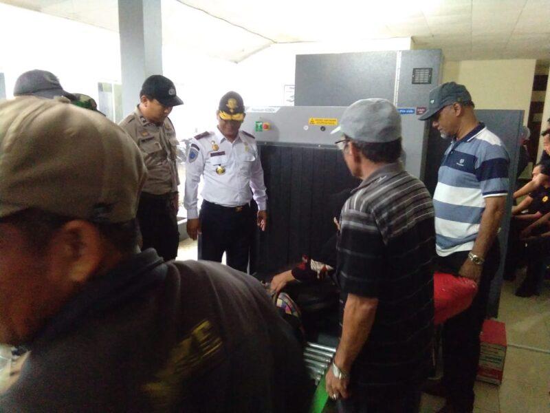 FOTO : Kepala Dinas Perhubungan Kabupaten Tanjung Jabung Barat Syamsul Juhari Menyaksikan Uji Coba X-Ray di Pelabuhan Roro, Sabtu (07/12/19)