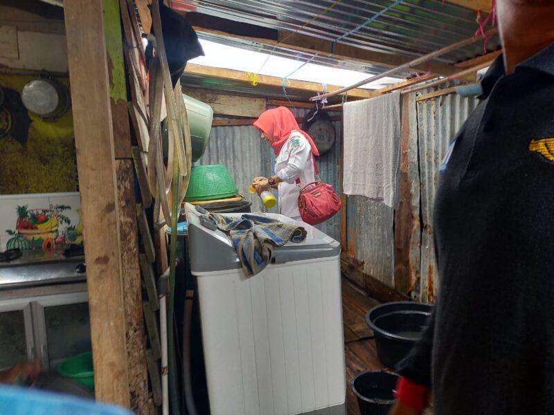 FOTO : Pihak Dinas Kesehatan Taburkan Bubuk ABATE Basmi Jentik Nyamuk di Tempat Penampungan Air Warga