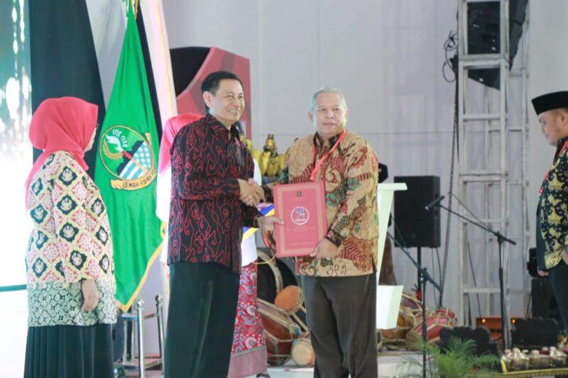 FOTO : Bupati Tanjung Jabung Barat Dr. Ir. H. Safrial, MS Menerima Penghargaan dari Menteri Hukum dan HAM Prof. Yasonna H, Laoly di Gedung Merdeka Jalan Asia Afrika Bandung Jawa Barat, Selasa (10/12/19)