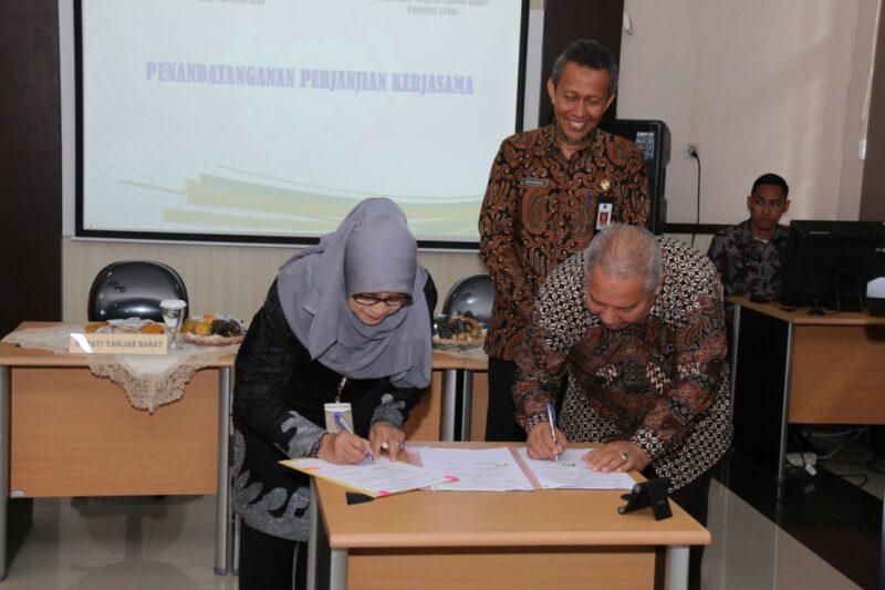FOTO : Bupati Dr. H. Safrial,MS dan Asisten III Setda Prov Riau Indrawati Nasution Menandatangai MoU Kerjasama Uji Kompetensi/Assessment JPT Pratama di UPT Pusat Penilaian Kompetensi BKDPekan Baru,Provinsi Riau,Kamis (12/12/19)