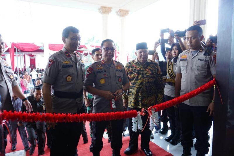 FOTO : Kapolda Jambi Irjen Pol Drs. Muchlis, AS, MH Memotong Pita Meresmikan Gedung Baru Kepolisian Resor Tanjung Jabung Barat, Jumat (13/12/19)