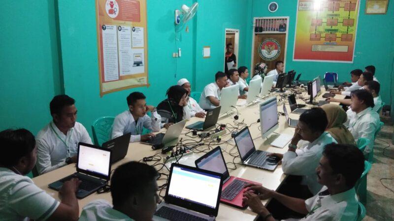 FOTO : Para Peserta Saat Mengkuti Tes Tertulis Rekrutmen Anggota Panwascam di Sekretariat Bawaslu Tanjab Batat, Jumat (13/12/19)